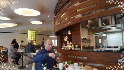 ポーランド観光ワルシャワガイドヴロツワフダブルツリーヒルトン朝食